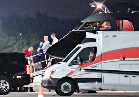 Otto Warmbier được đưa xuống máy bay lên xe cấp cứu tại sân bay Lunken ở Cincinnati, Ohio, Mỹ, ngày 13-6-2017. Ảnh: REUTERS