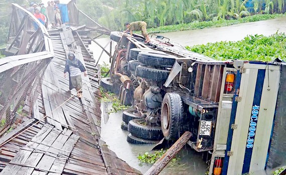 Cầu Tấn Đức trên đường tỉnh 833B bị sập vào tháng 5-2017