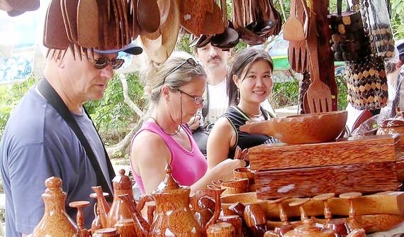 Du khách quốc tế say mê các sản phẩm thủ công làm bằng dừa ở Bến Tre