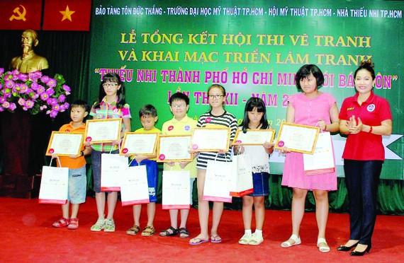 """Trao 90 giải thưởng Hội thi vẽ tranh """"Thiếu nhi TPHCM với Bác Tôn"""""""