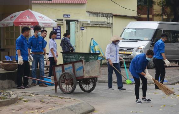 Bệnh viện đa khoa Hà Đông vệ sinh môi trường bệnh viện, phòng bệnh sốt xuất huyết. Ảnh:  TTXVN