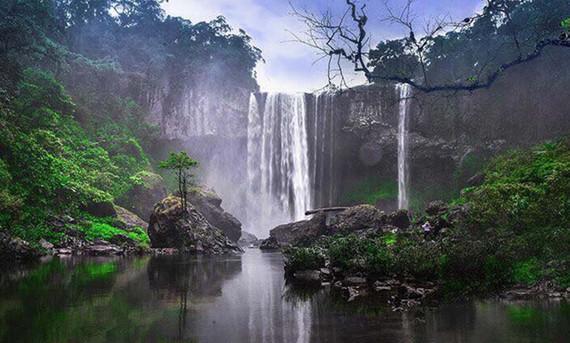 Những thác nước nhiều tầng hoang dã mờ ảo trong sương mù