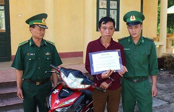 Đối tượng Hà Văn Hạnh cùng phương tiện, tang vật bị bắt giữ