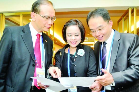 Các đại biểu dự APEC trao đổi tại hội nghị . Ảnh: CAO THĂNG