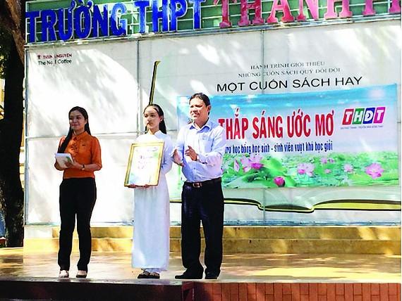 """Cty TNHH MTV XSKT tỉnh Đồng Tháp đồng hành cùng CT """"Thắp sáng ước mơ"""" cho học sinh nghèo ở Sa Đéc"""