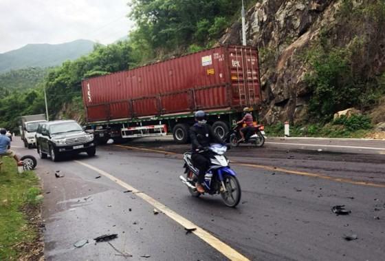 Hiện Hiện trường vụ tai nạn giao thông giữa xe đầu kéo và ô tô  4 chỗ tại đèo Quy Hòa ngày 16-10trường vụ tai nạn giao thông giữa xe đầu kéo và ô tô  4 chỗ tại đèo Quy Hòa