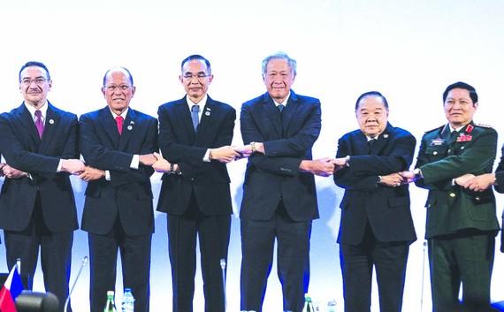 Đại tướng Ngô Xuân Lịch, Bộ trưởng Bộ Quốc phòng Việt Nam (thứ 2 từ phải qua)  và các Bộ trưởng Quốc phòng ASEAN tại hội nghị
