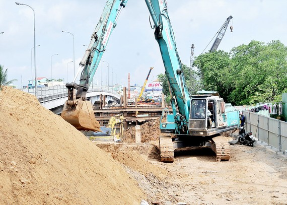 On the construction site of Nhi Thien Duong 1 bridge (Photo: SGGP)