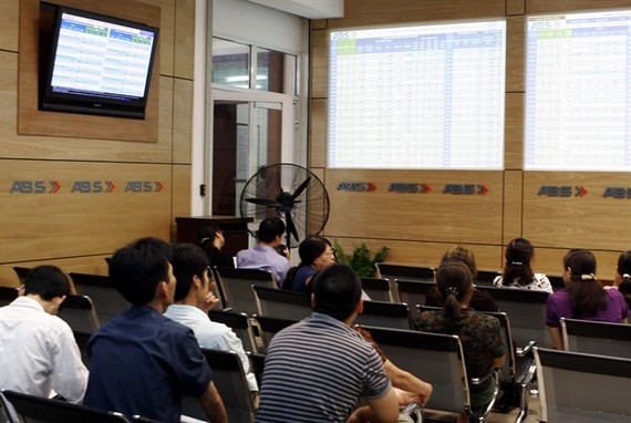 Investors watch share prices on electronic boards at An Binh Securities Co. (Photo: VNS)