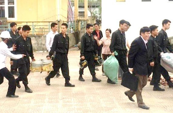 19 officials set free by residents in Dong Tam commune after chairman of the Hanoi People's Committee Nguyen Duc Chung holds dialogue with them in April (Photo: SGGP)