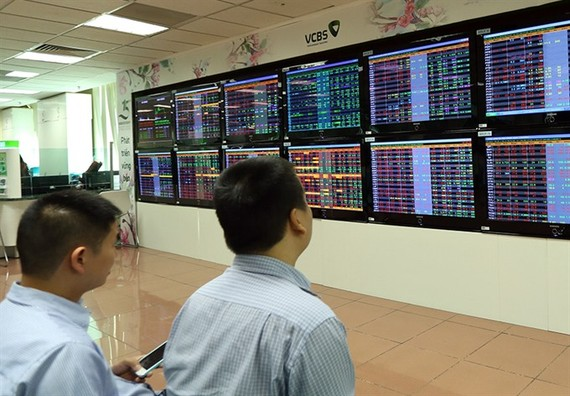 Investors at Vietcombank Securities Company. (Photo: VNA/VNS)