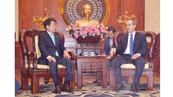 HCMC party chief Nguyen Thien Nhan (R) receives Mr. Jegal Won Yong, Incheon city council's chairman in HCMC on July 19
