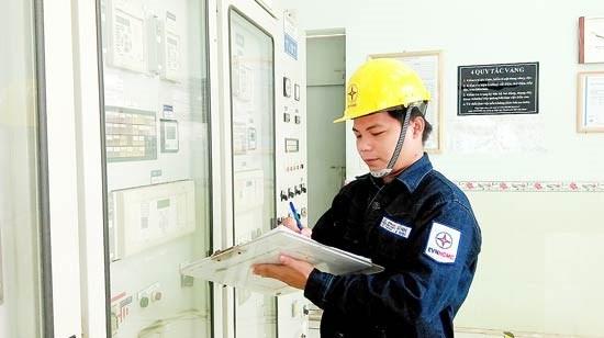 A worker at Ben Thanh 110kV transmission station (Illustrative photo: SGGP)