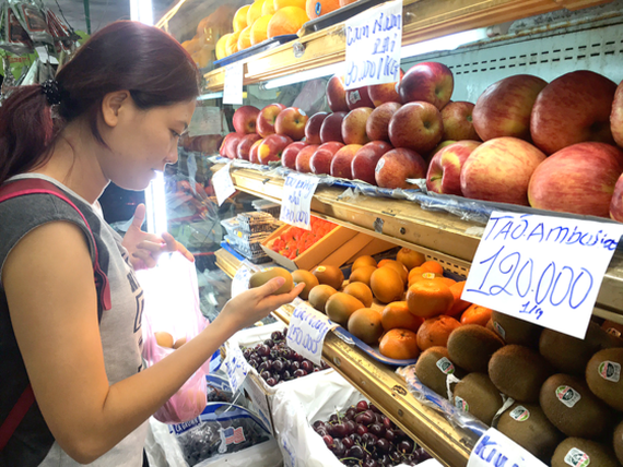 Foreign fruits shelved at a shop in Nguyen Thai Hoc street, District 1 (Photo: SGGP)