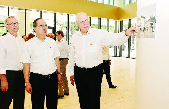 HCMC Party Chief Nguyen Thien Nhan is introduced about Deutsches Haus Ho Chi Minh City on August 30 (Photo: SGGP)
