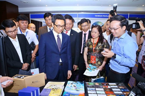 Deputy Prime Minister Vu Duc Dam (second from left) and delegates at the Vietnam ICT Summit 2017 in Hanoi. (Photo: VNA/VNS)