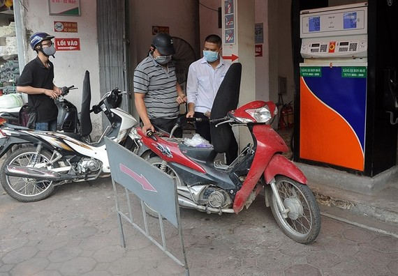 People buying petrol at a station on Nguyen Cong Tru Street in Hanoi (Photo: VNA/VNS)