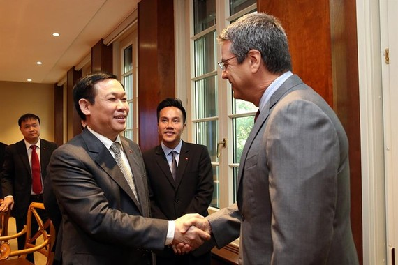 Deputy PM Vuong Dinh Hue shakes hands with WTO Director-General Roberto Azevedo in a meeting in Geneva on September 15. (Photo: laodong)