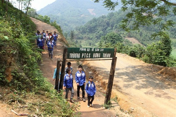 Students from the Hung Thinh secondary school in Bao Lac District of the northern province of Cao Bang on their way to school. (Photo: VNA/VNS)