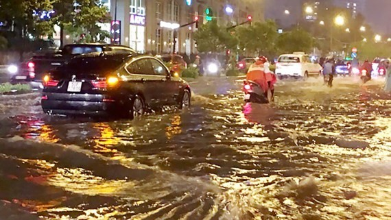 Nguyen Huu Canh street is inundated after a heavy rain (Photo: SGGP)