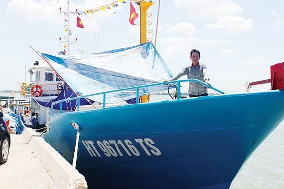 Ngư dân Nguyễn Lưu Truyền trên chiếc tàu cá lưới rê vỏ thép ở Hà Tĩnh  được đóng mới theo chương trình Nghị định 67 của Chính phủ