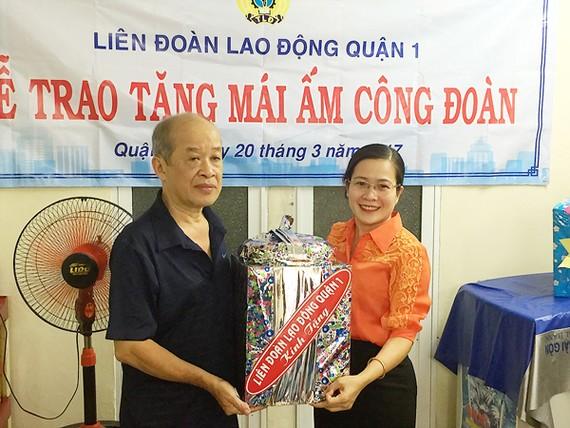 Niềm vui của anh Trí Minh trong ngày nhận mái ấm do LĐLĐ quận 1 trao tặng