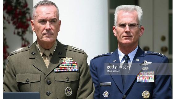 Đại tướng Joseph Dunford (trái) và Tướng không quân Paul Selva