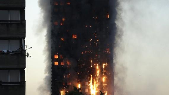 Khói lửa bao trùm tòa nhà Grenfell Tower ở London, Anh, ngày 14-6-2017. Ảnh: AP