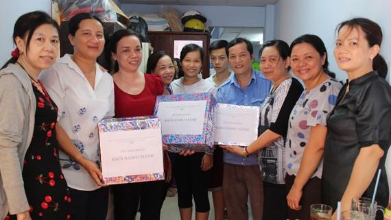 Đồng nghiệp đến mừng gia đình anh Trần Quốc Cường có nhà mới