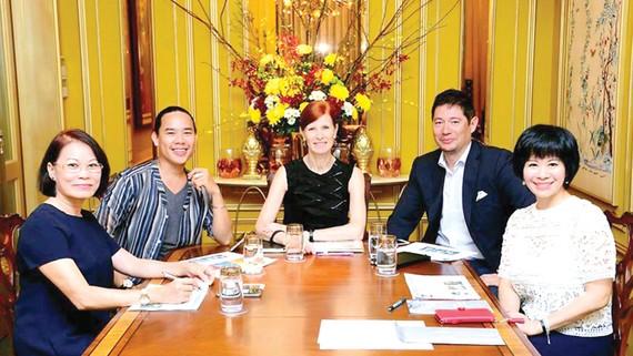 Họa sĩ Trần Thanh Cảnh (thứ hai từ trái qua) tại cuộc thi Vietart Today 2016