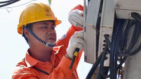 Công nhân ngành điện kiểm tra, sửa chữa hệ thống lưới điện phân phối. Ảnh: VGP