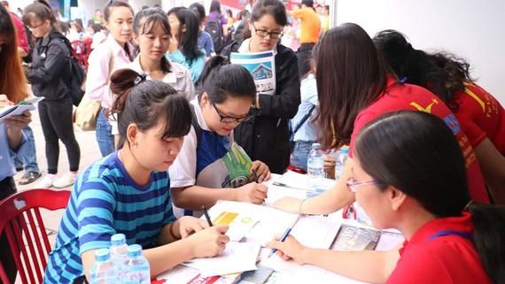 Các bạn trẻ tham dự Ngày hội tuyển dụng việc làm tại Nhà văn hóa Thanh niên. Ảnh: S.A.C.