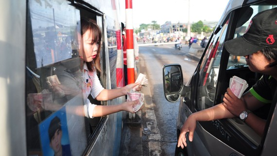 Tài xế sử dụng tiền lẻ qua trạm thu phí BOT tuyến tránh Biên Hòa vào sáng 5-10