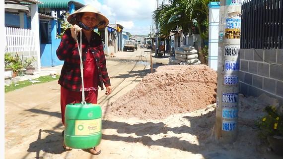 Mỗi ngày bà Hương đi xa cả cây số mua nước sạch