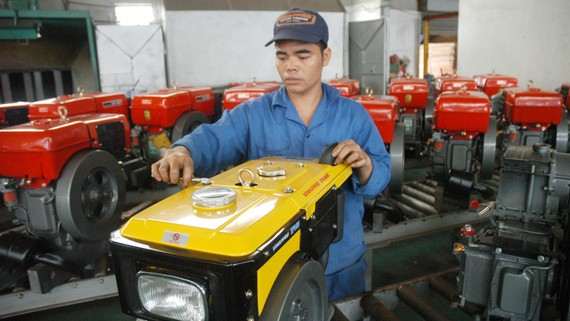 Sản xuất máy nổ xuất khẩu sang ASEAN tại Công ty Vikyno&Vinappro. Ảnh: CAO THĂNG