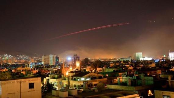 Tên lửa phòng không loé sáng trên bầu trời Damascus. Ảnh: AP