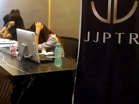 Các nhân viên của JJPTR che mặt khi phóng viên tờ The Star đến văn phòng