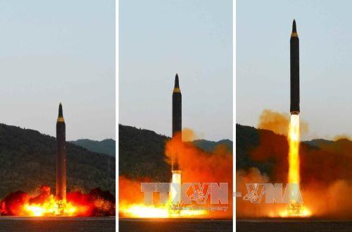 Triều Tiên phóng thử tên lửa đạn đạo đất đối đất kiểu mới Hwasong-12 ngày 14/5 (ảnh do nhật báo Rodong Sinmun, cơ quan ngôn luận của Đảng Lao động Triều Tiên đăng phát). YONHAP/TTXVN