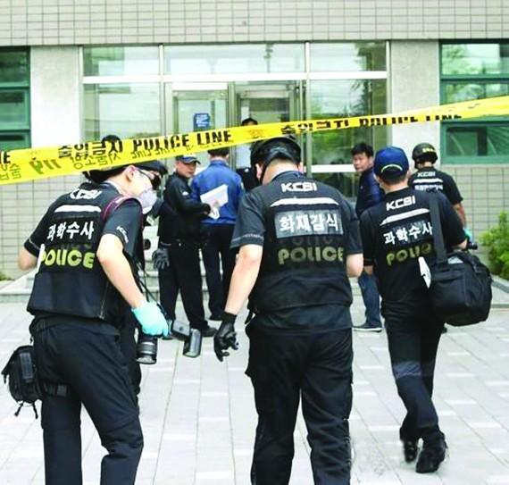 韓國警方人員走入爆炸現場。(圖源:互聯網)