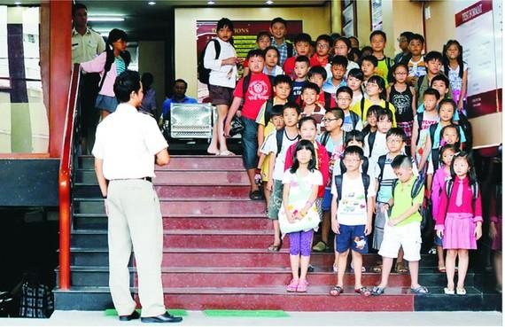 今年暑假,眾多越華學生到英語學校補習英語。(圖源:互聯網)