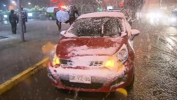 智利首都聖地牙哥受到寒流侵襲,迎來一場罕見的大雪。(圖源:互聯網)