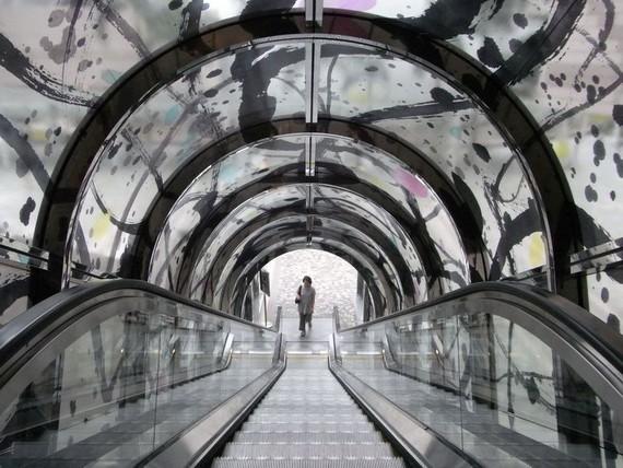 被裝飾上吳冠中畫家繪畫圖樣的電梯頂棚。(圖源:吳冠中)