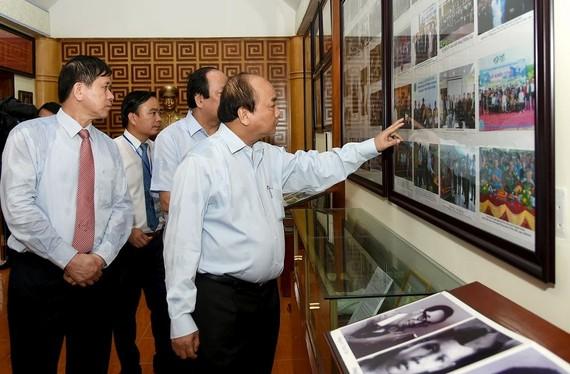 阮春福總理參觀西進第 52 團歷史遺跡紀念區。(圖源:VGP)