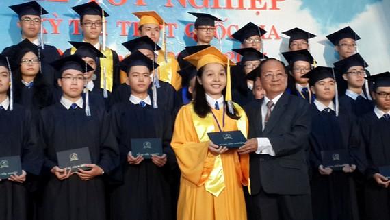 該校主席阮曰朗向畢業生頒發證書。