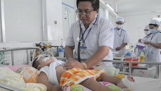 醫生在給患上重型肺炎的兒童檢查病狀。(圖源:互聯網)