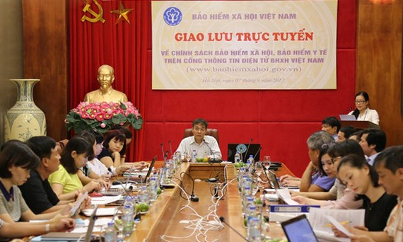 越南社會保險機關副總經理范梁山(中)主持了第八次在線交流會。(圖源:孝瓊)