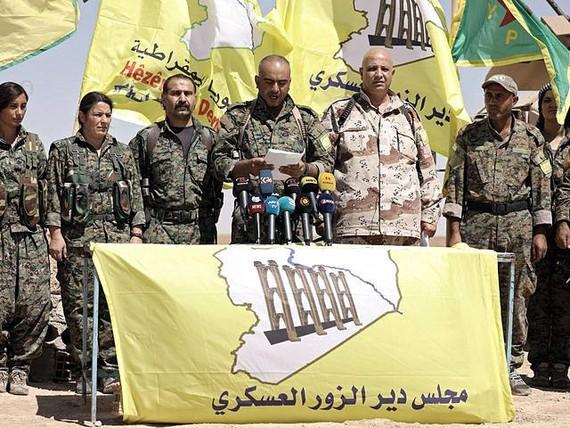 """9月9日,敘利亞哈塞克省一座村莊,敘反對派武裝""""敘利亞民主軍""""下屬的代爾祖爾軍事委員會負責人艾哈邁德·科雷赫宣讀一份聲明。(圖源:路透社)"""