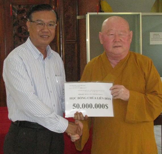 釋惟鎮住持向第十一郡祖國陣線委員會贈送勵學基金。