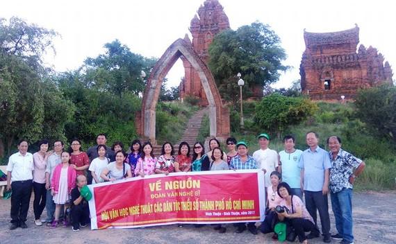 代表團於占婆族 Poklong Garai 塔留影。