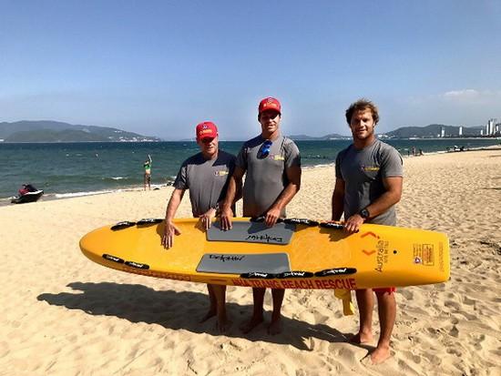 澳大利亞昆士蘭沖浪救生培訓學院院長和兩名高級救援教練負責為期10天的海上救援深造培訓課程。(圖源:互聯網)
